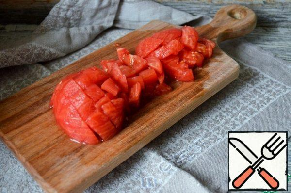 Peel the tomato from the skin, cut into cubes.