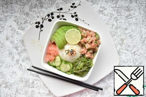 It is believed that the technology of cooking poke was brought to the Hawaiian Islands by Japanese migrants. Probably that's why poke resembles disassembled sushi. However, local fishermen made their own rules and began to use almost everything they could catch in the Pacific Ocean in their poke. And since the main food of the fishermen was rice, they simply mixed it with finely chopped freshly caught fish, octopus or seafood. They were seasoned with lemon juice and chili and eaten. Now this uncomplicated dish has been radically transformed and has conquered the world's restaurants. Unfortunately, I did not have to try the authentic Hawaiian version of poke, but the interest in it prompted me to create my own version of ahi poke.
