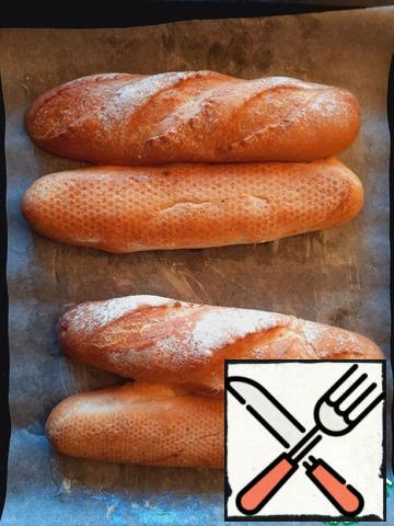 Cut the mini-baguettes in half lengthwise almost to the end, unfold and place on a baking sheet (baking parchment), greased with softened butter. Place in the oven at 150 degrees for 20 minutes to seal the slice.