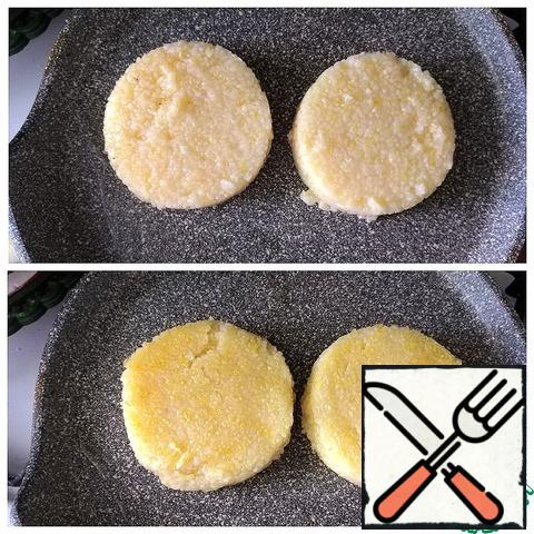 For the beauty of the feed, I will cut out 2 circles of D - 8 cm from the polenta. In olive oil, fry the polenta on both sides until it is a beautiful color, pepper to taste with black pepper on each side.