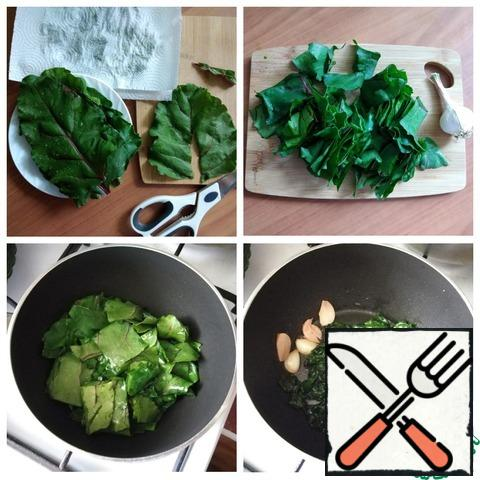 Parallel, while the polenta is being fried, we prepare the chard. The leaves are washed thoroughly, dried with a paper towel, cut out thick veins and cut into pieces (not finely, it will be very fried). Pour the oil into a saucepan and fry the garlic in it for a couple of minutes. Add the chard, fry for 3 - 5 minutes. I fried on a minimum heat under the lid. Salt and pepper to taste. Ready.