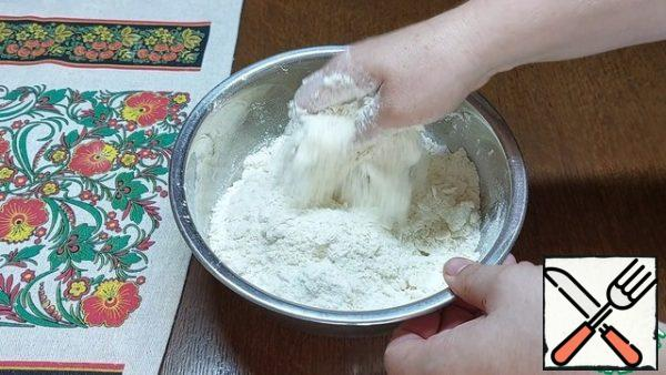 Add 80 g of soft butter and rub the dough into a crumb with light movements.