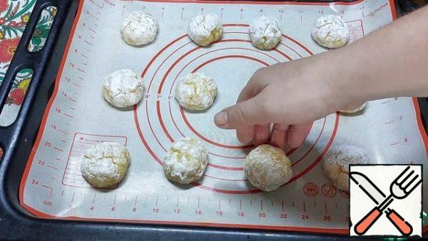 """We spread the cookies on a baking sheet at a distance of 3-4 cm, because during cooking they will increase in volume. Bake in the """"bottom-top"""" mode without convection. At 180 degrees, the livers were baked for 15 minutes."""