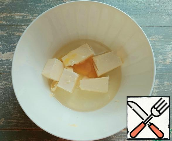 In a bowl, combine the butter at room temperature, vegetable oil and egg.