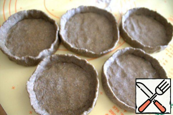 Roll each one into a ball and flatten it into a basket with sides. Ideally, you should not try, the sides are needed so that the filling does not leak out.