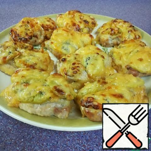 When very tasty smells appear and the cheese crust is browned at the same time, the meat is ready. We remove the fragrant pork from the oven and immediately transfer it to a dish. We serve it as desired. Bon appetit to all!