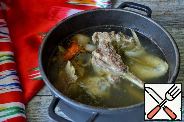 Wash the meat, pour cold water, add the roots, onions (in the husk) and half of the carrots, let it boil, remove the foam and cook for 1.5-2 hours, minimum heat, low boiling.