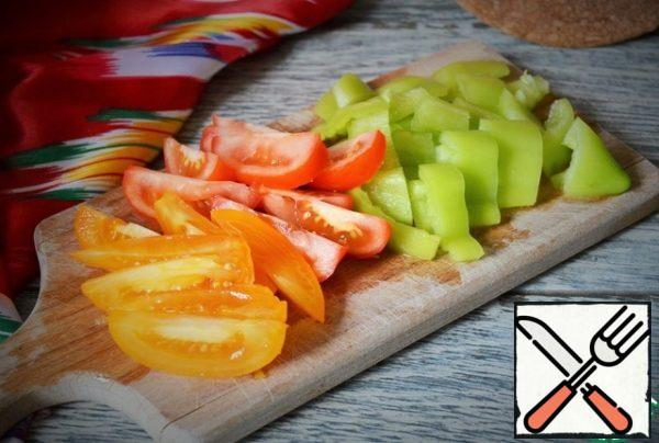 Chop the peppers and tomatoes and add them to the cauldron with sugar, cook for 10 minutes.