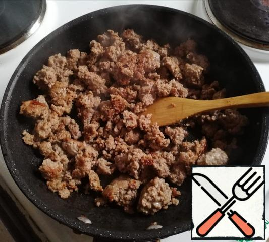 Fry the minced meat in a small amount of oil and let it cool.