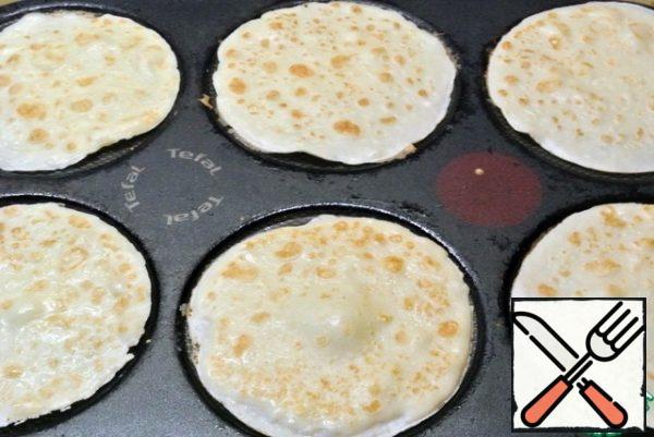 Bake pancakes. I baked pancakes with a diameter of 6 cm on an electric pancake maker. I got 12 pancakes.