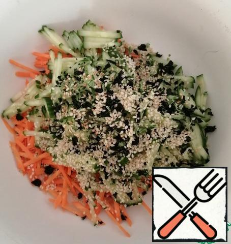 Mix the vegetables, add the fried sesame seeds and finely broken seaweed. We add a little salt, not forgetting that soy sauce will also give salt. Pepper to taste.