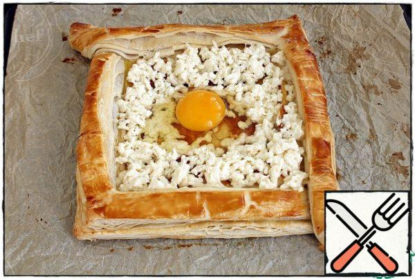 After waiting for a beautiful tan, we take the future khachapuri out of the oven, spread mozzarella or any easily melting cheese under the sides, leaving a place in the center for the egg. Add the egg and send it back to the oven for 3-5 minutes or until the desired readiness.