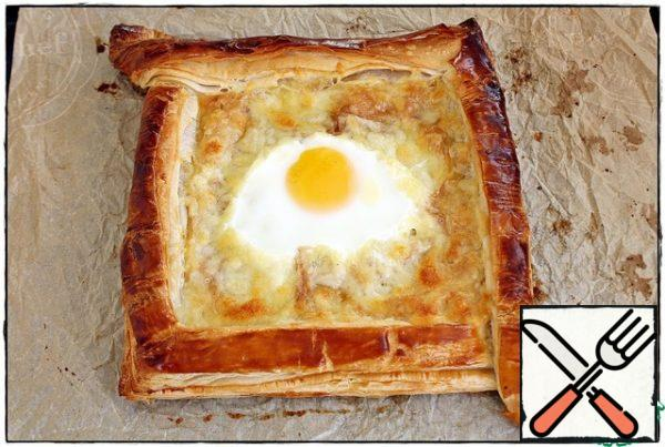 And so, having gathered the last remnants of willpower, we take out our ready-made khachapuri, barely restraining ourselves so as not to dive headlong into the boiling and bubbling mozzarella, an egg floating in it and not start eating it from the inside, clacking our teeth like a hungry shark, let it cool down for at least half a minute and serve it to the table...