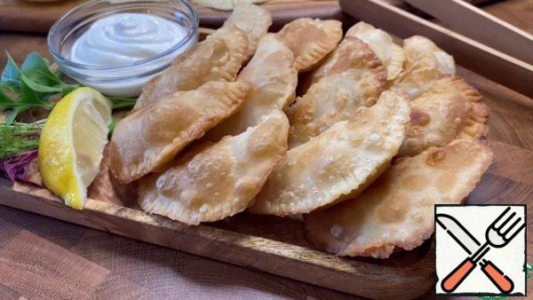 Put the fried chebureks on a napkin and let the excess oil drain. After that, you can serve and serve to the table.