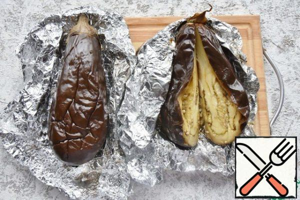 Allow the eggplants to cool, then release the baked pulp from the peel. In most recipes, the pulp is crushed together with the seeds, I prefer to remove the seeds, especially if it is a mature vegetable and the seeds are hard.