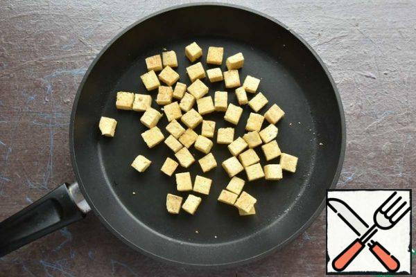 Cut the tofu cheese into cubes and lightly dry it in the same pan as the mushrooms. In the traditional soup, not fried tofu is used, thus I moved away from the classic version.