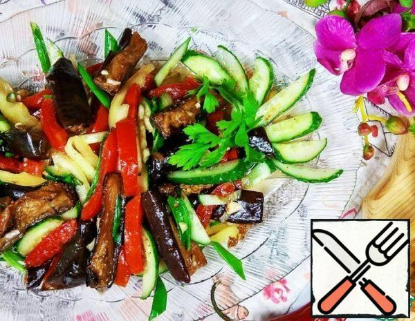 Prepare the vegetables, cut the eggplant into small cubes, fry until golden brown in hot vegetable oil, put it on a paper towel. Pepper and cucumbers cut into strips, Tomatoes free from seeds and pulp, cut into strips. Chop the garlic, cut the onion into small strips.