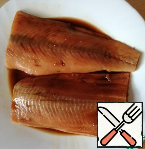 In a mixture of soy sauce, lemon juice and honey, marinate the salmon, add salt if necessary. Marinate for about 20 minutes.