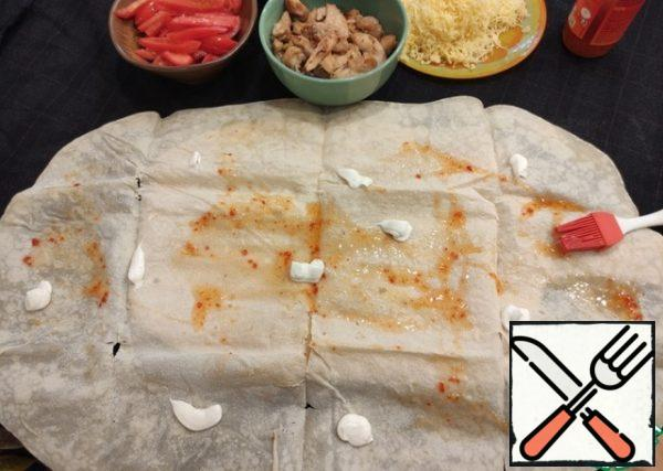 We collect the cheese, spread a layer of sauce, mayonnaise on the pita bread