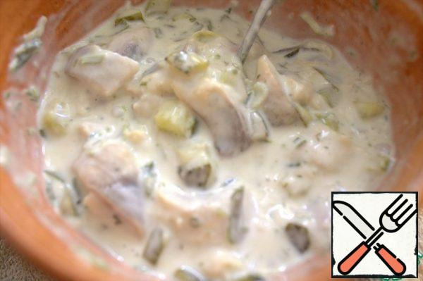 Mix the warm gelatin with the same herring in mayonnaise.