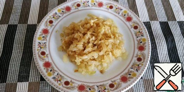 Cut the onion into cubes, fry with vegetable oil until golden brown.