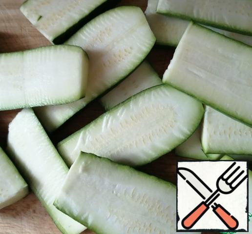 Zucchini or zucchini cut in half and cut into plates.