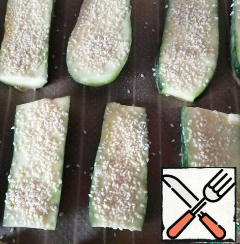 We spread it on the grill and sprinkle with sesame seeds. Bake at a temperature of 200 degrees for about 20-25 minutes.