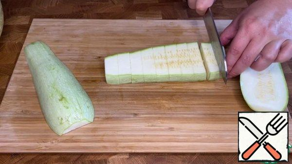Cut the zucchini into portions about 1.5-2 cm thick.