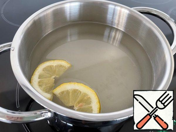 First of all, we cook the syrup. Put sugar, water and lemon in a saucepan, bring to a boil and cook for another 10 minutes. We leave it to cool, we need it cold.