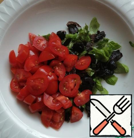 While the pepper is baking, cut the tomatoes, olives, garlic and basil. Sprinkle with oil and salt to taste. Add balsamic to taste, you can do it without it.