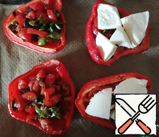 After 20 minutes, take out the baking sheet and put the vegetables in the pepper. Top with cheese plates. Bake for another 15 minutes. Look at your oven. My pepper was fleshy and required more time for cooking.