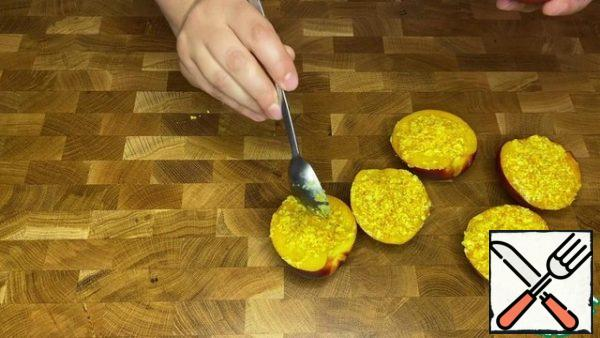10-15 minutes before cooking, put the nectarine halves stuffed with the remaining oil in the oven.