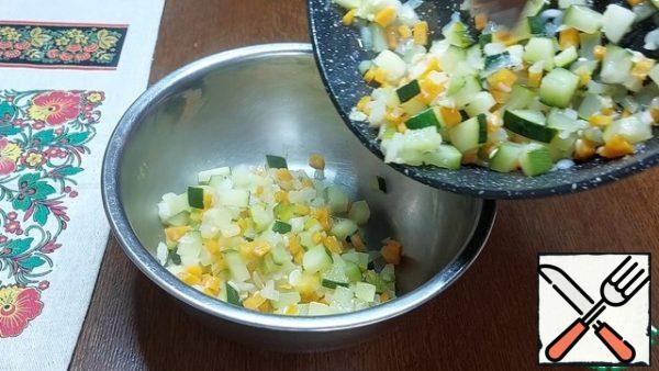 During this time, the vegetables were slightly fried. We transfer them to a bowl and let them cool down a little.