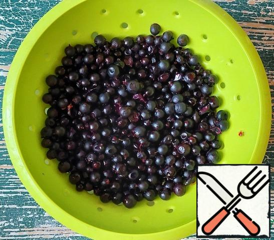 Wash the currants. If you use frozen currants, it is better to defrost it beforehand and drain the juice.