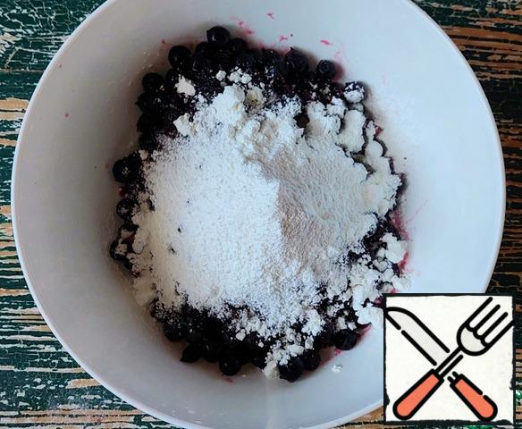 Add sugar and corn starch to the currant. Mix gently.