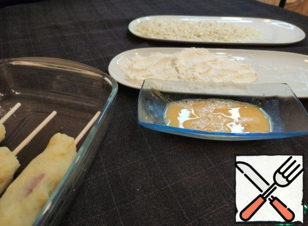 Next, we make a hot dog crust - dip the skewers in the beaten egg-starch-egg-breadcrumbs.