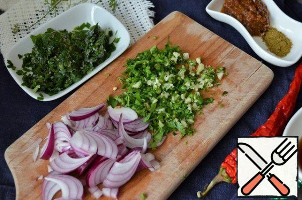 Cut the onion, chop the coriander with garlic. P.S.: I used frozen coriander greens.