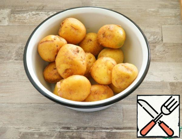 New potatoes with a yellow peel and an average starch content are best suited for this dish. Wash the potatoes thoroughly with a stiff sponge