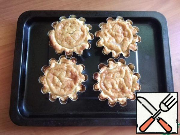 Do not remove immediately from the oven. Let stand for about 3 minutes, then gradually open the oven, also leaving them standing. The cream will settle in any case, but not much.
