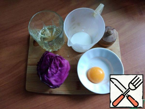 We prepare products for fried eggs. I will make it for my breakfast from one egg. In a large frying pan, you can make several eggs at once and for this, accordingly, you need to increase the number of ingredients by the number of eggs. From the protein, you need to separate the yolk so that it remains intact.