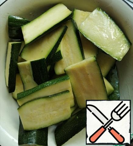 Cut the zucchini into plates, prisolit and let stand for 20 minutes. Then wash off the salt and blot it with a towel. Fry in oil. You can bake it in the oven, pre-greased with oil. I sprinkled it with oil, mixed it well and baked it on the grill.
