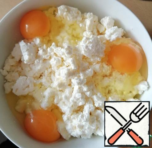 Mix cottage cheese, cheese, dill and three eggs. You can sprinkle garlic powder.
