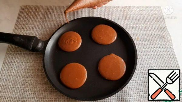 We put our cookies on a preheated frying pan, 4-5 cm in diameter. Fry on both sides until ready.