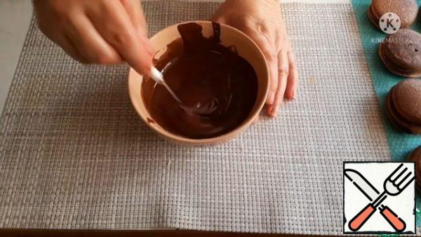 For the glaze, melt the dark chocolate. Add vegetable oil to it and mix well.