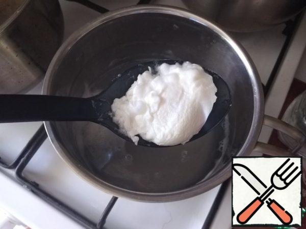 For smorrebrod, we need to cook a poached egg. Bring the water to a boil. Add vinegar and salt to it. Make a funnel by stirring the water with a spoon. Carefully release the egg into the funnel, breaking it right next to the funnel. It can be simpler: break the egg into some small dishes, without breaking the yolk, and send it from the dishes to the funnel, stirred clockwise with water. Cook the egg for about a minute at a minimum boil. The water should not boil. Remove the egg with a slotted spoon, place the slotted spoon over the pan and let the water drain completely. For sandwiches, I then spread the egg on a paper towel and blot it.