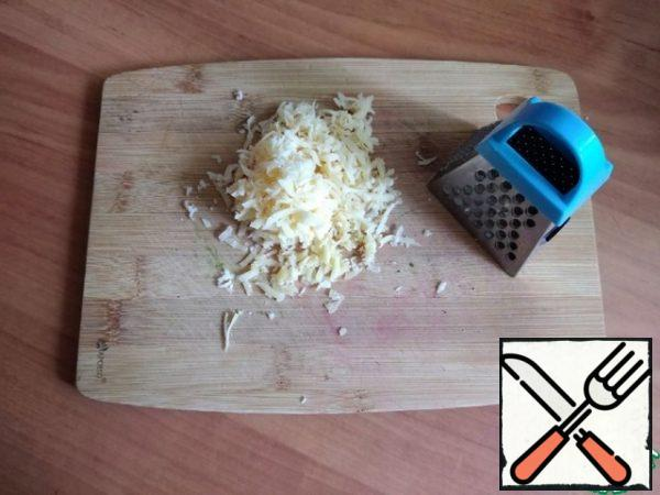 Next, we make Parmesan chips. You can take any cheese, as long as it is of good quality and melts. It needs to be grated on a fine grater.