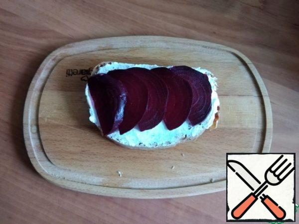 Spread the boiled beetroot, cut into thin slices.