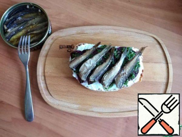 On the sauce - sprats, how much will fit. I specially bought a small jar of sprats so that they were not very large. You can replace the sprats with sardines.