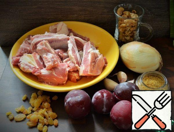 Prepare the products. Wash the lamb, dry it, cut it into small pieces. In a saucepan, heat the corn oil, fry the lamb, 7-10 minutes, the heat is above average.