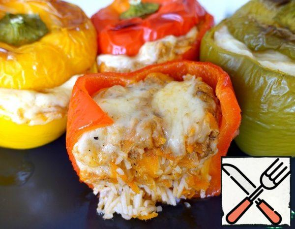 1. Boil the rice. 2. Cut off the top of the peppers and remove the core. 3. Fry the onion and carrot in vegetable oil until half cooked, add tuna, spices, tomato paste and fry for another 5-7 minutes.
